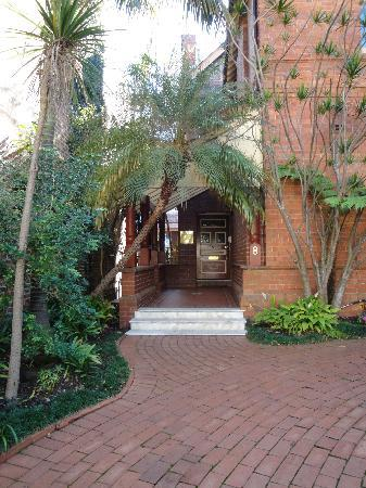 Simpsons of Potts Point Hotel: Green leafy driveway