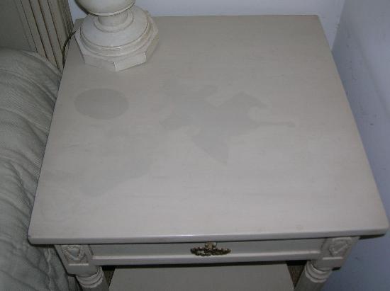 Auberge de la Source : table de chevet...