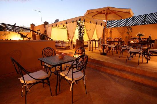 Riad Bamaga Hotel: Terrasse le soir avec vue sur l'Atlas