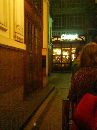 Le Bouillon Chartier: On fait la queue à l'entrée !