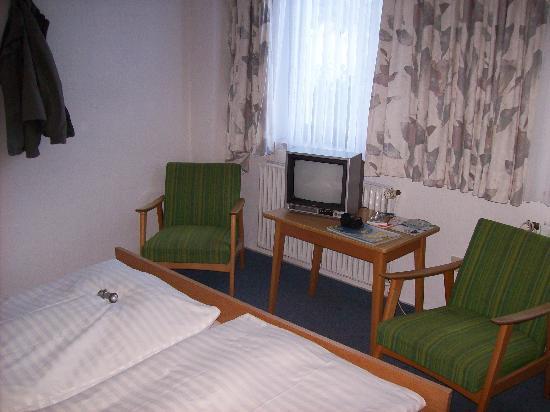 Hotel Heldt Dependance: Fernseher und Stühle