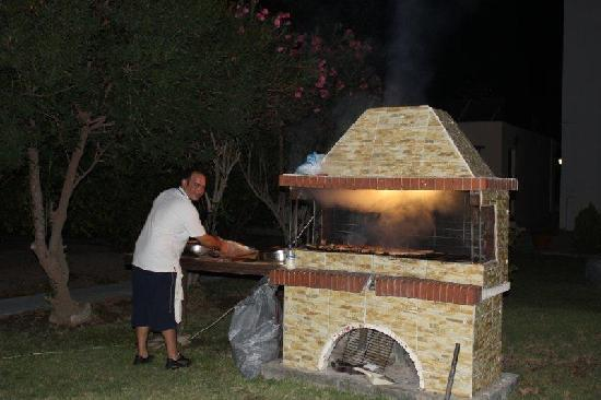 Bahamas Hotel: Billy cooking the food for the Greek night