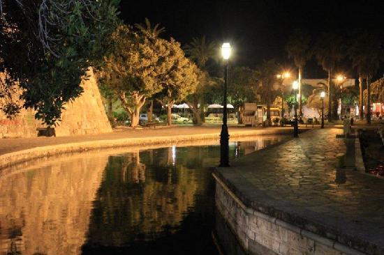 Bahamas Hotel: Kos Town at night