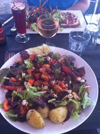 La Tartinerie de la Chapelle : La Salade de poulet caramélisé au miel, pommes et roquefort,