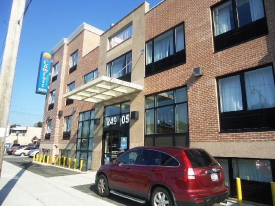Bellerose Inn: Exterior and parking
