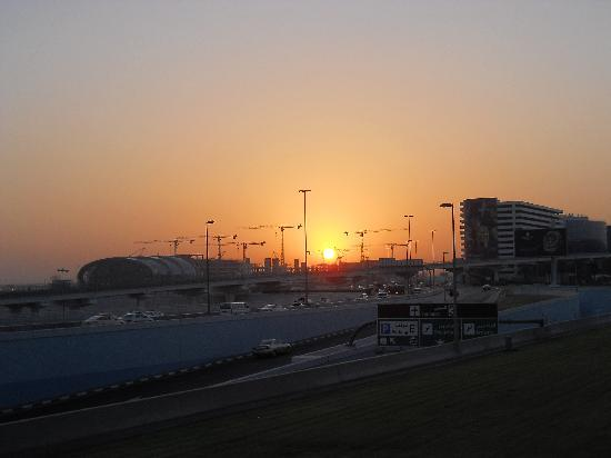 Premier Inn Dubai International Airport Hotel: Sunrise @06.00 from the hotel entrance