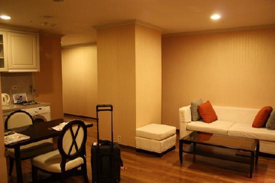 Ramada Hotel and Suites Seoul Namdaemun: Sofa/kitchenette
