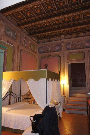Castello Costaguti: Camera Baldacchino e travi in legno