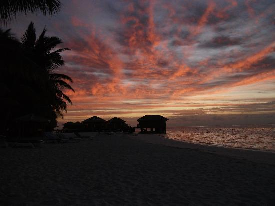 Vilamendhoo Island Resort & Spa: Sunset on the beach