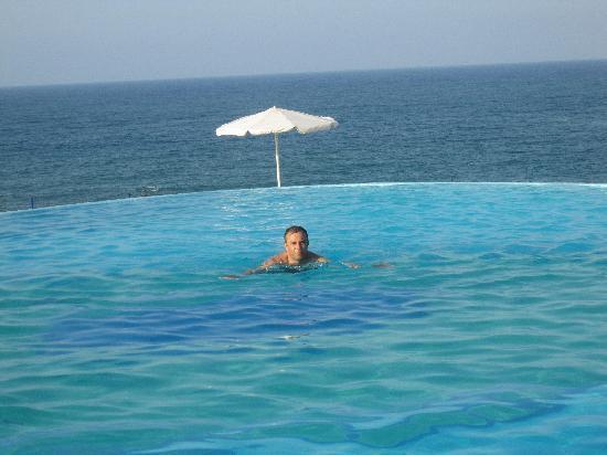 Panorama Hotel - Chania: La vue de la piscine et sur la mer