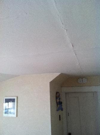 The Surry Inn: bedroom ceiling