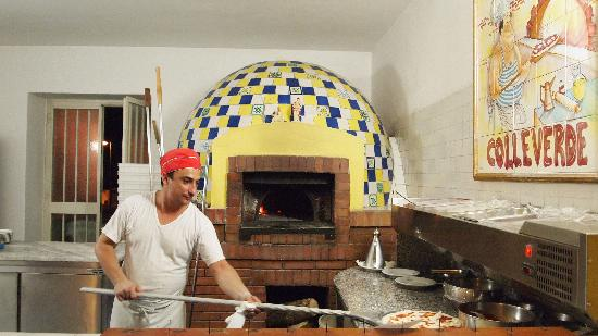 Hotel Ristorante Il Colleverde: Luigi cooking his fantastic pizza