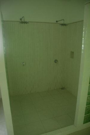 Bord Mer Villa: The double-shower for couples :-)