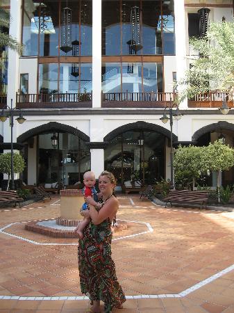 H10 Rubicón Palace: main court yard