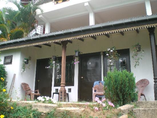Rawana Holiday Resort: camera con giardino