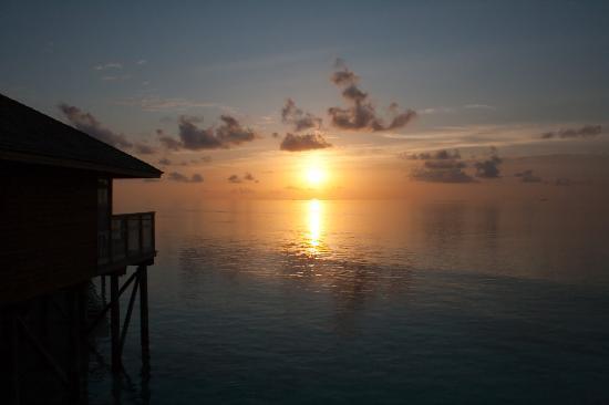 Vilamendhoo Island Resort & Spa: Sunset over the water