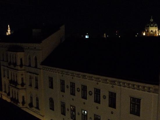 โรงแรม เวียนนาร์ท อัม มูเซียมควาเทียร์: vista nocturna desde habitacion