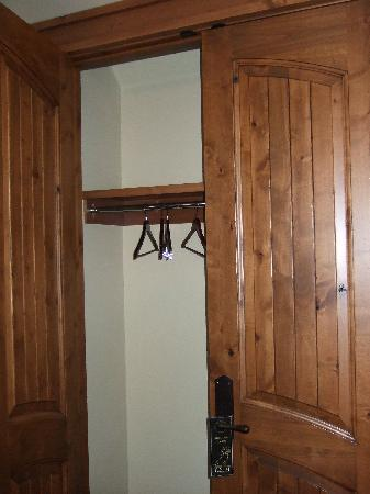 Tivoli Lodge: Mountain view room - closet