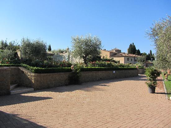 Sovana Hotel & Resort: Parte del giardino...impeccabile!
