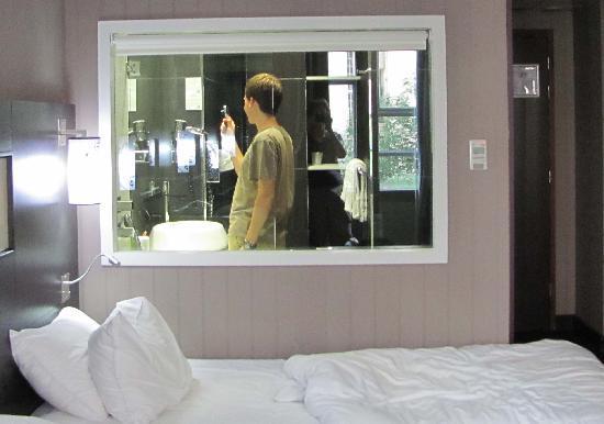 ฮอลิเดย์อินน์ปารีส นอเทรอดาม: Bathroom Window