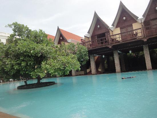 Mango Hill: Pool with the Thai cottages