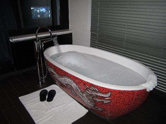 Buddha-Bar Hotel Prague: Buddha Bar Tub & TV