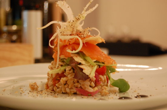 Avec 55: Panzanella di farro con salmone marinato e note di cartamusica