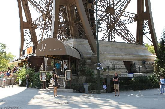 Le Jules Verne Entrance Picture Of Le Jules Verne Paris TripAdvisor
