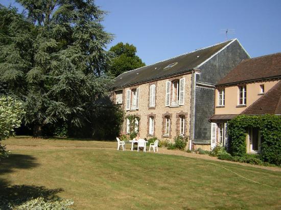 La Ferme du Chateau: The enormous rear lawn.
