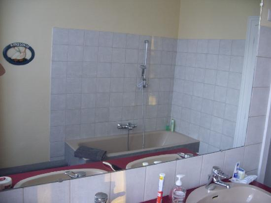 La Ferme du Chateau: A spacious bathroom.