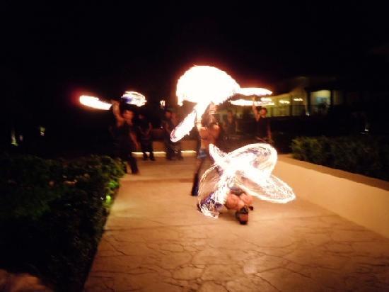 นาวเจด ริวิเอร่าแคนคันรีสอร์ท & สปา: The fire show