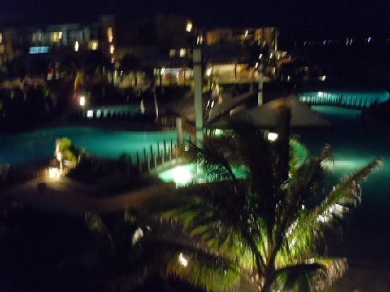 นาวเจด ริวิเอร่าแคนคันรีสอร์ท & สปา: The pool from our balcony at night.