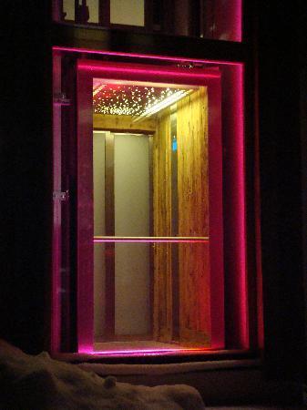 Art & Ski-In Hotel Hinterhag Saalbach : LED lit lift..when it's maintained.