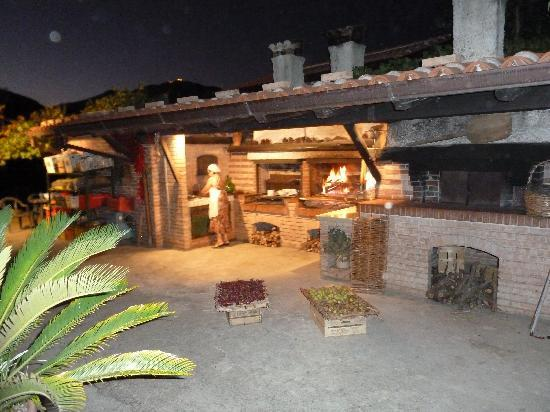 Agriturismo I Moresani: Cooking on the grill