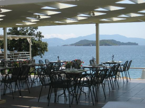 Kassandra Bay Resort & SPA: Almyra lunch restaurant by pool.