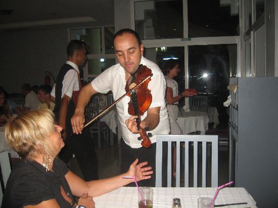 Houda Yasmine Hammamet: violoniste tous les lundi soir