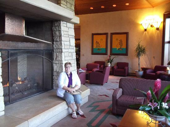 Soaring Eagle Casino & Resort: Very nice lobby with huge fireplace