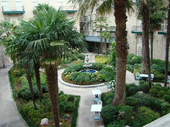 Menger Hotel: The garden area - also the smoking area.