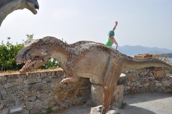 Леричи, Италия: Dinosaur statues