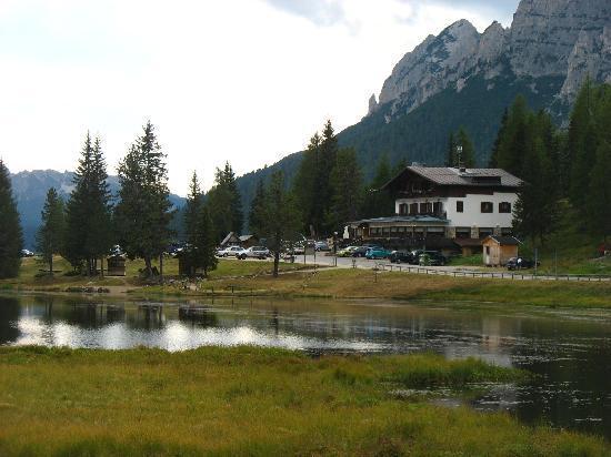 Chalet Lago Antorno: Lo Chalet ed il suo piccolo lago