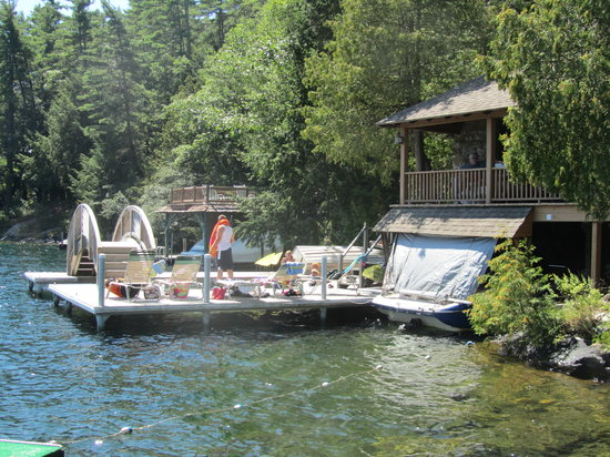 Adirondack Park Motel: The docks - great for lounging and swimming