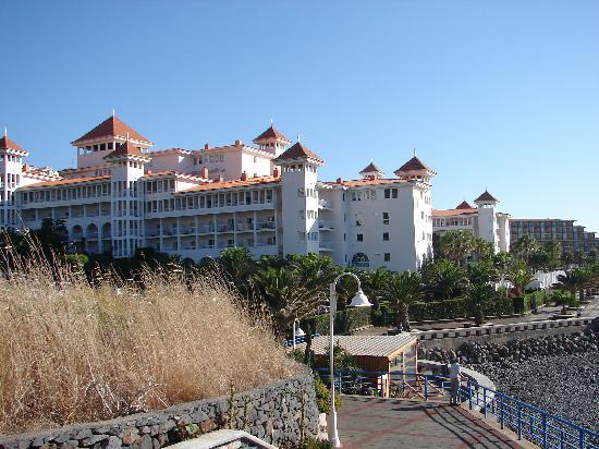 Hotel Riu Palace Madeira: Promenade at rear of hotel & beach