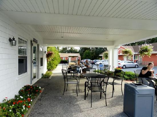 Blue Spruce Motel: terrasse pour dejeuner ou souper