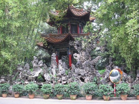 Yunnan Zhenzhuang Guest House : Chinese pavilion in garden