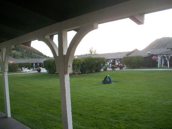 Virginian Lodge: Courtyard and pool