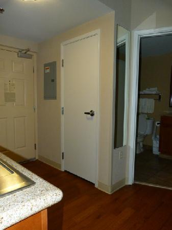 Candlewood Suites-Omaha Airport: Closet next to Bathroom