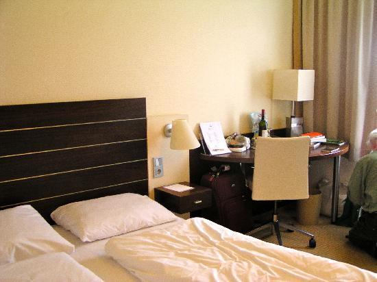 City Hotel Wiesbaden: King bed