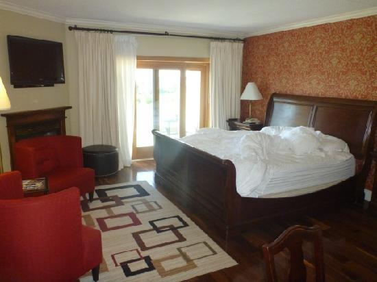Eganridge Resort, Country Club & Spa: Room 105 - note gas fireplace and king bed