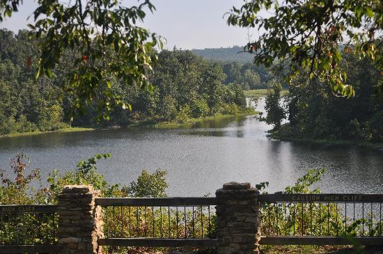 Pennyrile Forest State Resort Lodge: Lake view behind Lodge