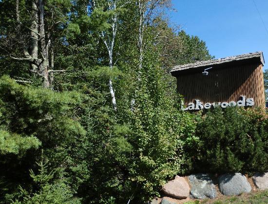Lakewoods Resort: entrance sign